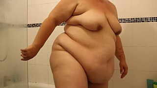 ssbbw emma takeing a shower