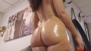 hot chick clapping her ass on webcam